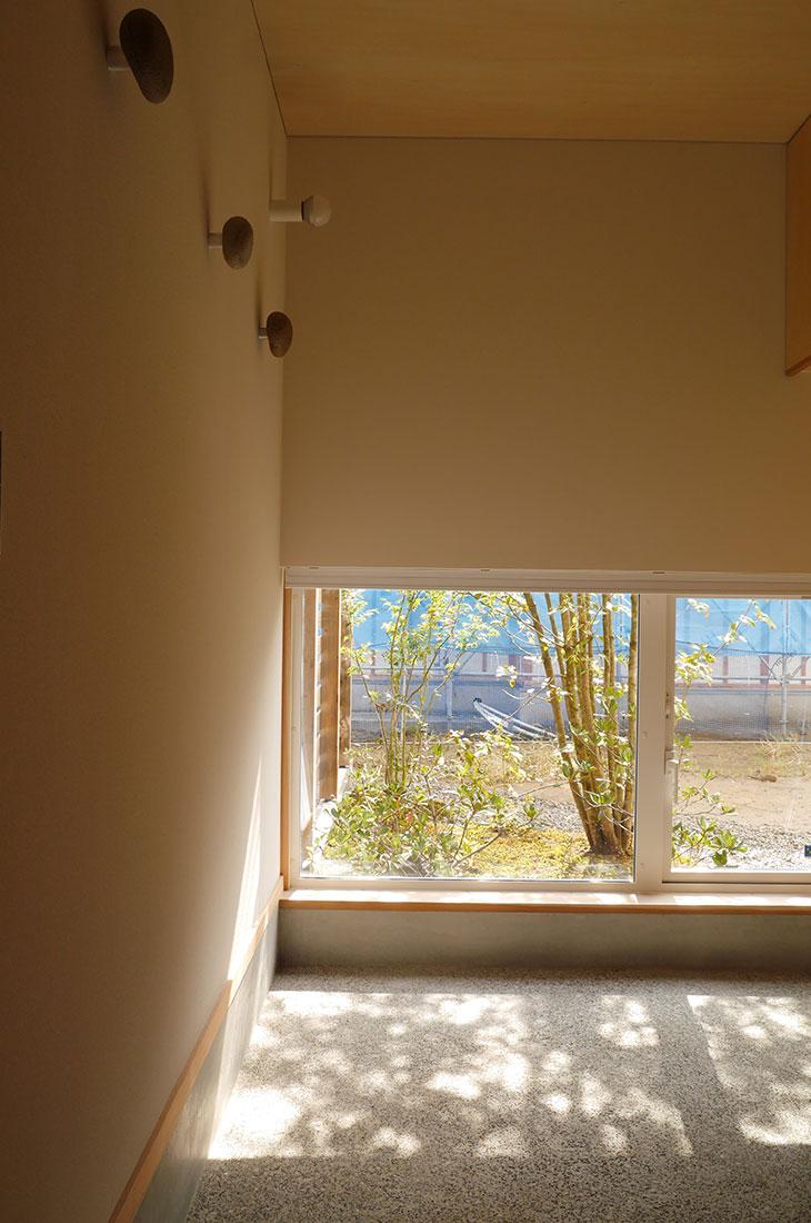 窓から映る影