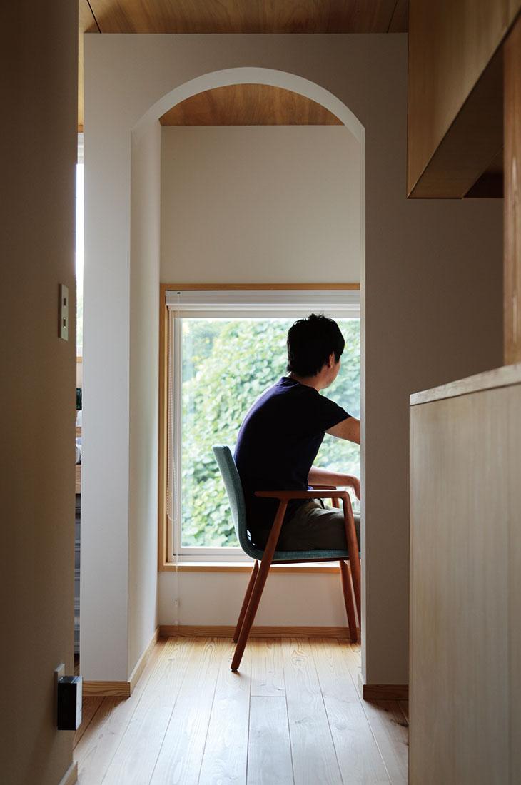 書斎スペースから緑を見下ろす