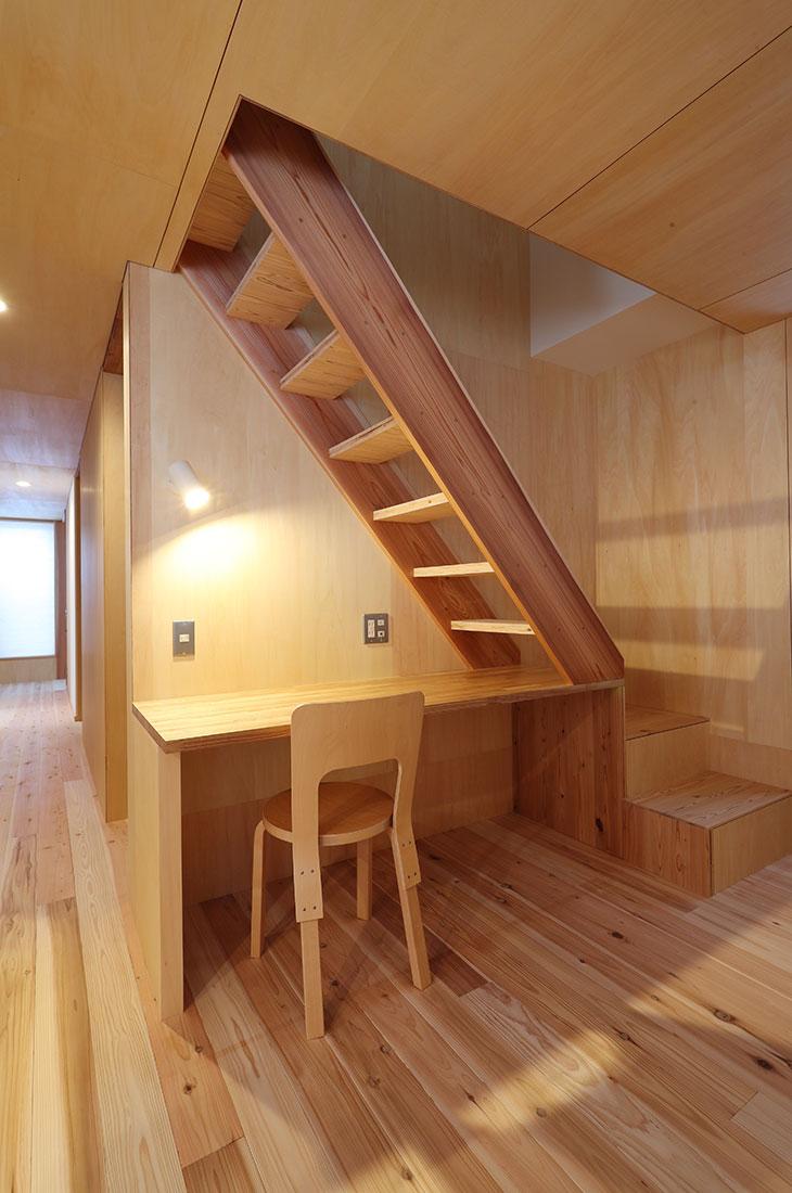 ロフト階段とデスクスペース